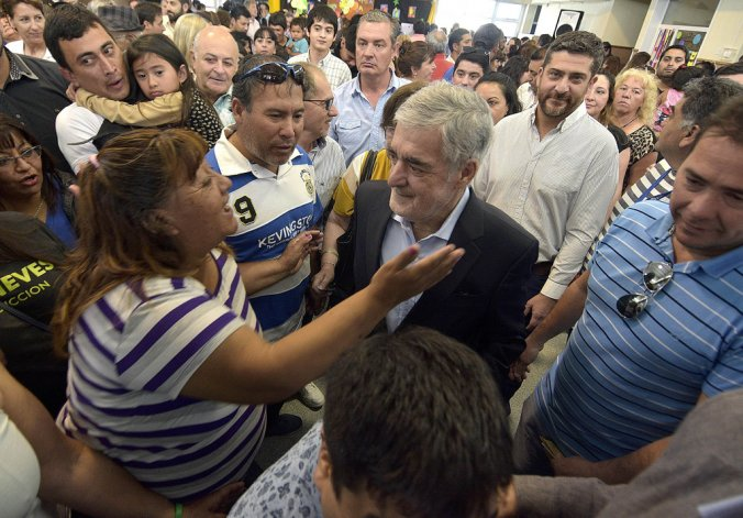 El gobernador durante el acto de entrega de viviendas que encabezó ayer en Trelew se refirió a la situación de la planta de la textil Guilford en Comodoro Rivadavia.