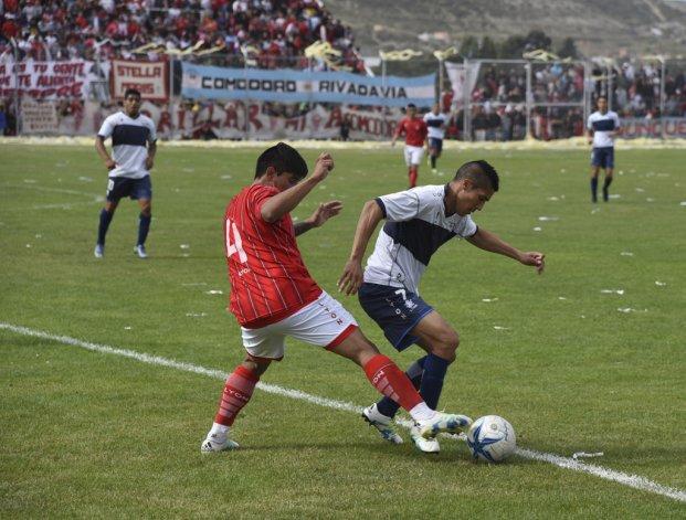 Nicolás Barrera le traba la pelota a Hugo Videla. El defensor se fue expulsado en el complemento.