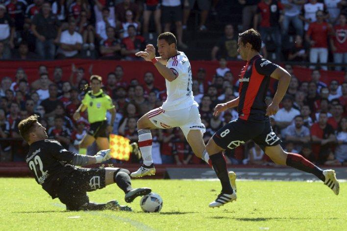 Maximiliano Rodríguez en momentos de convertir el segundo gol para Newells.
