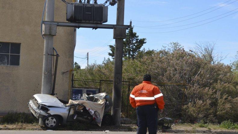 El Chevrolet Celta en el que se movilizaba Chacoma quedó incrustado entre dos columnas de hormigón que contienen un transformador de alta tensión.