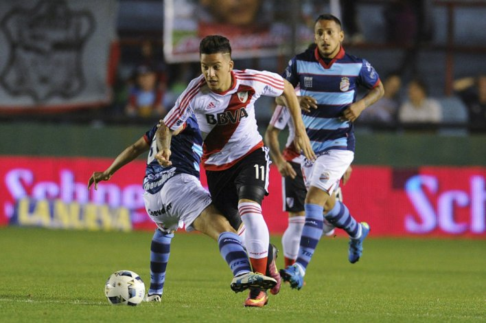 Sebastián Driussi se lleva el balón en el partido que anoche empataron en Sarandí Arsenal y River 2-2.