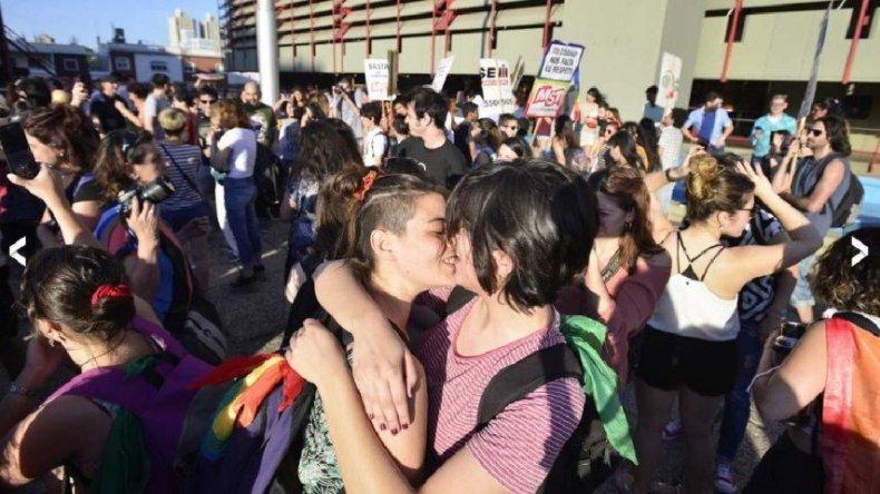 Besazo masivo en Córdoba contra el acoso policial a lesbianas