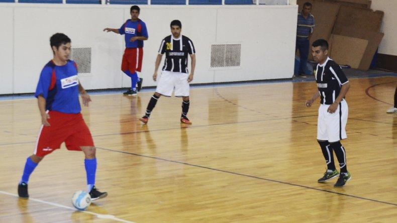 Auto Lavado El Tiburón le ganó 5-3 a Taller El Industrial y sigue al frente de las posiciones en el torneo Clausura de futsal.