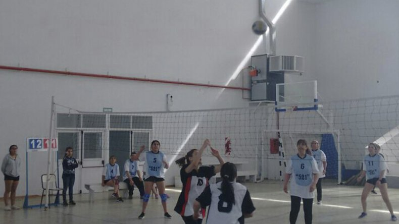El sábado por la mañana la escuela 711 jugó su primera fecha del Torneo Aniversario de vóley que el 19 de noviembre define a su campeón.