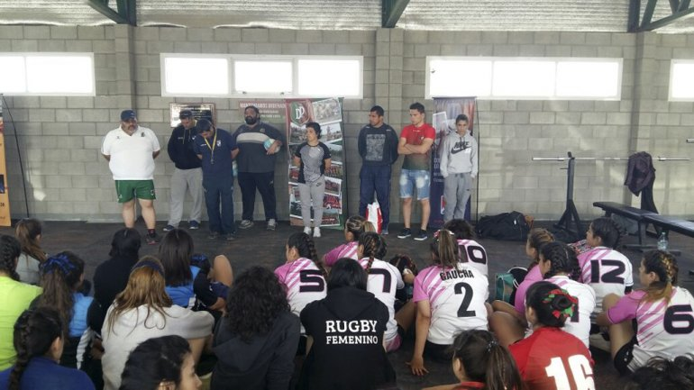 Fernanda Vidal –centro- junto a Cristian Peña en la presentación del cuerpo técnico del Seleccionado femenino de Rugby de la URA.