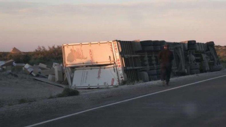 Custodian un camión que volcó con una millonaria carga sobre Ruta 3