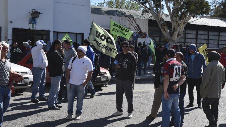Ayer se reactivaron las protestas de la UOCRA en demanda de nuevas obras públicas. Un centenar de manifestantes se concentró frente al edificio municipal.