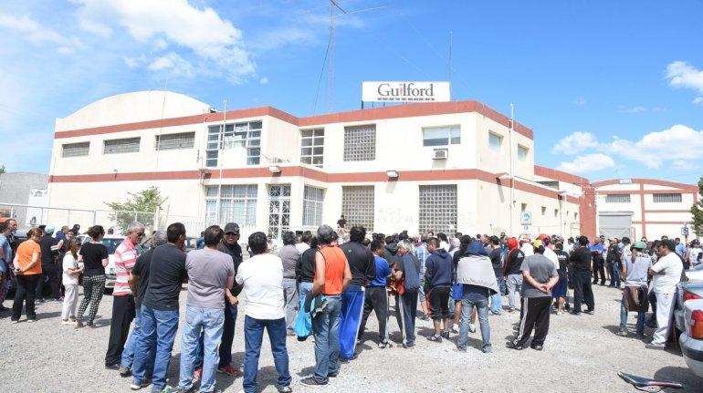 Los obreros siguen esperando respuestas afuera de la planta de Kilómetro 8.