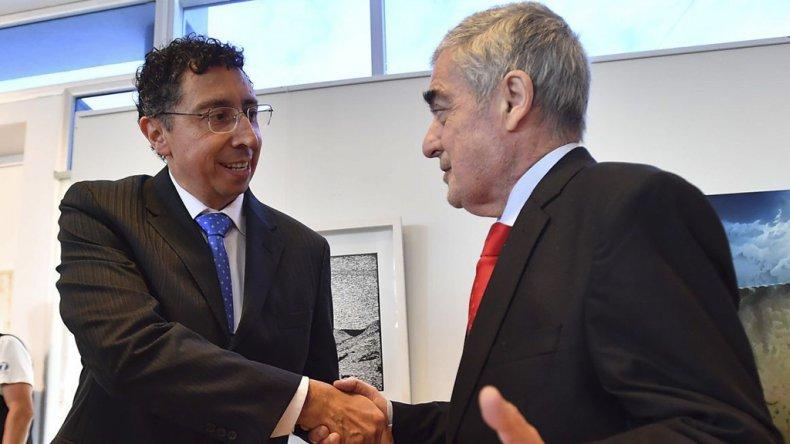 Guillermo Gustavo Lleral ayer asumió como titular del nuevo Juzgado Federal de primera instancia N° 2 de Rawson. Recibe el saludo del gobernador Mario Das Neves.