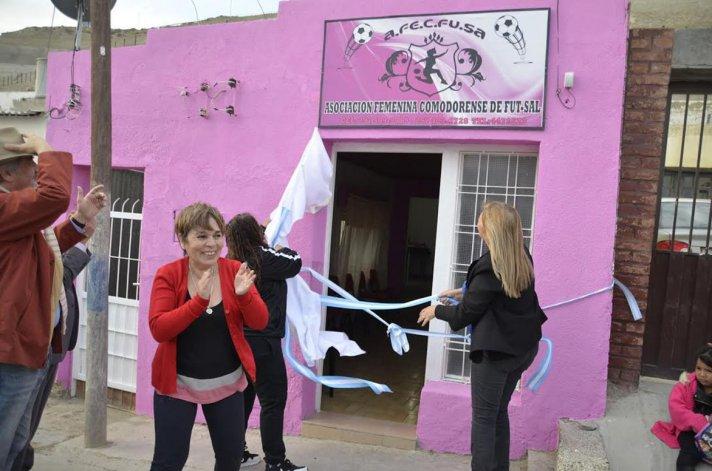 Beatriz Neira aplaude durante la inauguración de la sede de la Asociación Femenina Comodoro Rivadavia de Futsal.