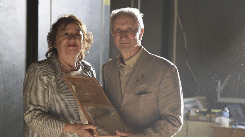 La vicerrrectora Lidia Blanco le entrega un reconocimiento a Juan Carlos  Bergonzi