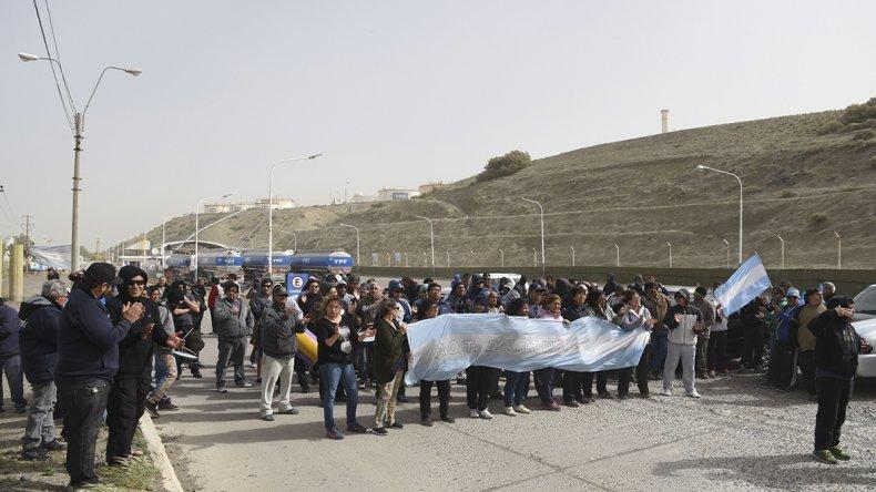 Los trabajadores de la empresa Guilford iniciaron ayer a las 16 un bloqueo a la planta de combustibles de YPF en busca que las autoridades de la compañía le brinde respuestas sobre el pago de las tres quincenas adeudadas.