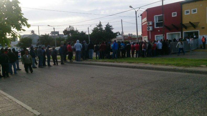 Desde las seis de la mañana que hay petroleros haciendo fila para votar.