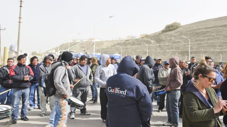 Los trabajadores textiles ayer durante la toma de la planta de combustibles.