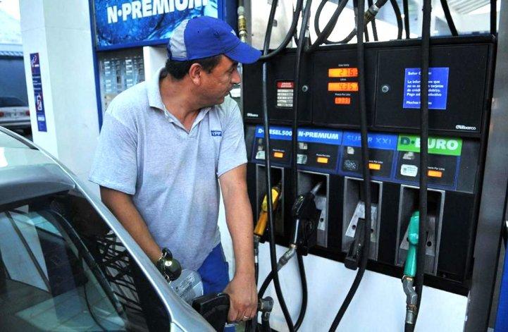 Los trabajadores de las estaciones de servicio lograron una recomposición salarial del 18% y los dueños de los surtidores piden un aumento de los precios de los combustibles.
