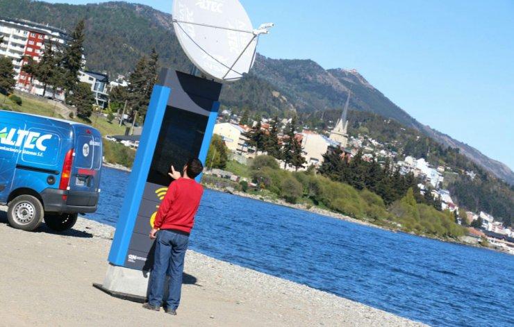 Cada terminal está diseñada para tolerar una antena satelital tipo V-Sat bajo condiciones climáticas adversas.
