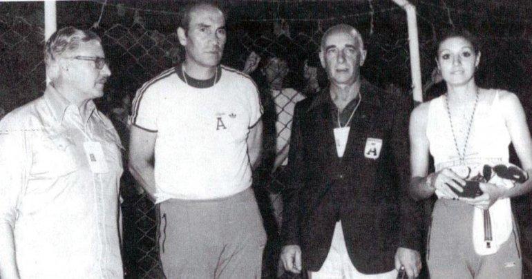 Irurzun –der– junto a dirigentes en el Sudamericano del 79.