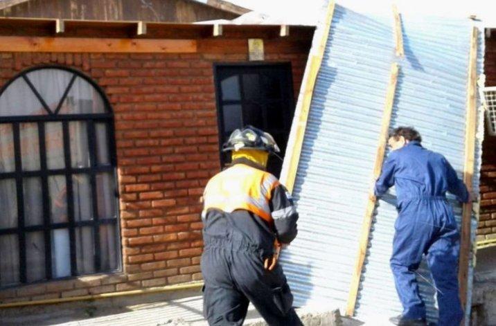 Personal de Protección Civil del municipio y bomberos debieron asistir a numerosas situaciones de emergencias causadas por el violento temporal.