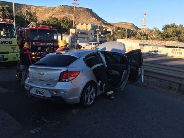 Un auto se despistó y se incrustó contra un guardrail