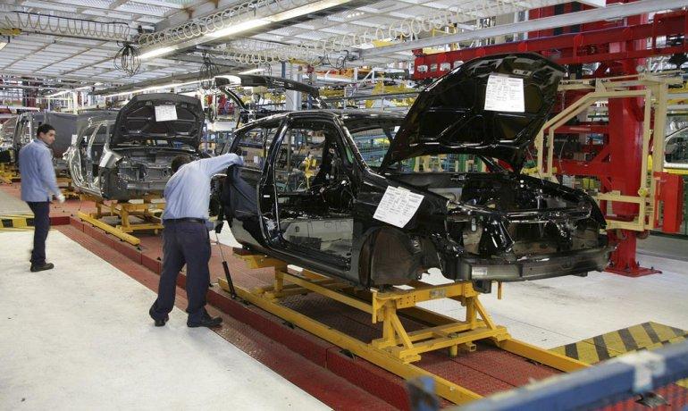 Más de la mitad del valor de venta de un automóvil fabricado en la Argentina está constituido por gravámenes.