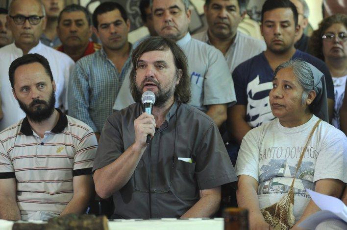 El sacerdote Pepe Di Paola durante la lectura del documento.