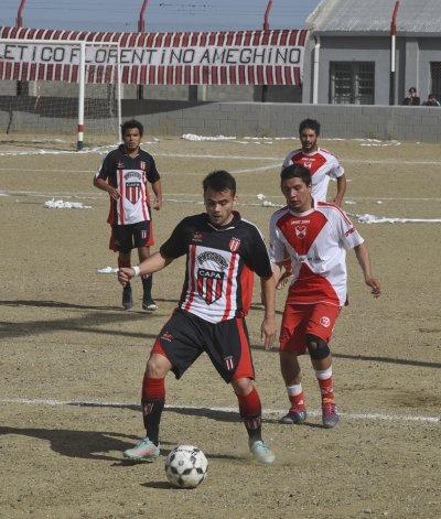 Lucas Mandagaran con el balón en el partido que Florentino Ameghino venció 2-0 al Deportivo Sarmiento.