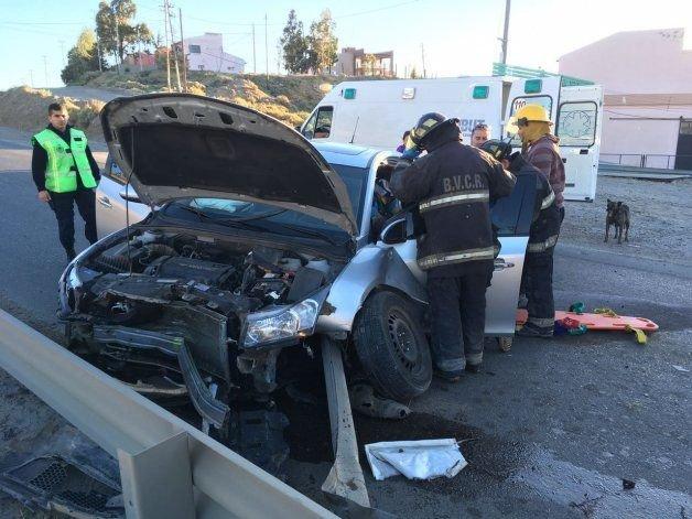 El Chevrolet Cruze terminó incrustado en el guarda rail.