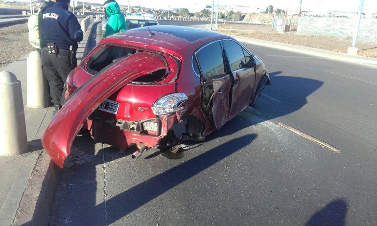 El Peugeot 208 terminó estrellado contra las defensas costeras de la avenida Tiburón.