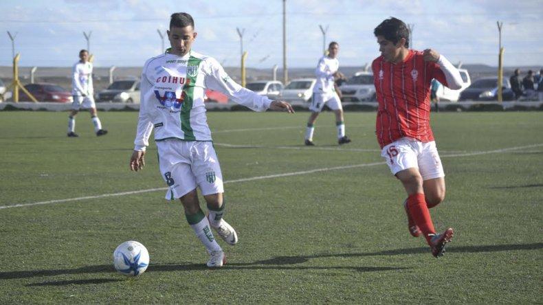 Jonathan Bustos se lleva el balón marcado por Nicolás Velásquez.