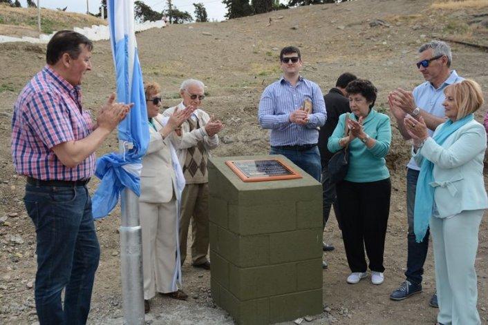 Durante la ceremonia se inauguró el mástil y una plaqueta conmemorativa del 70° aniversario.