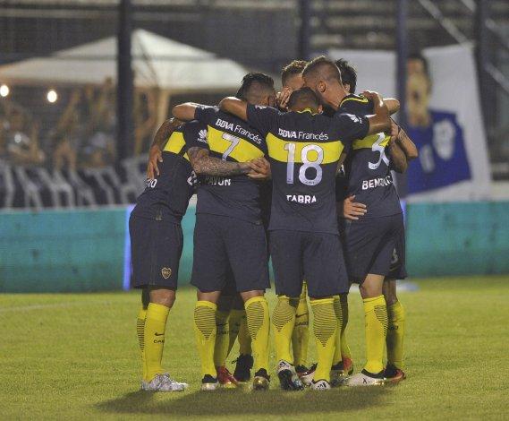 Todo Boca festeja el tercer gol anotado anoche por Cristian Pavón.