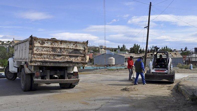 Las tareas de bacheo se están realizando en la esquina de las calles Juan Manuel de Rosas y Catamarca del barrio Parque.
