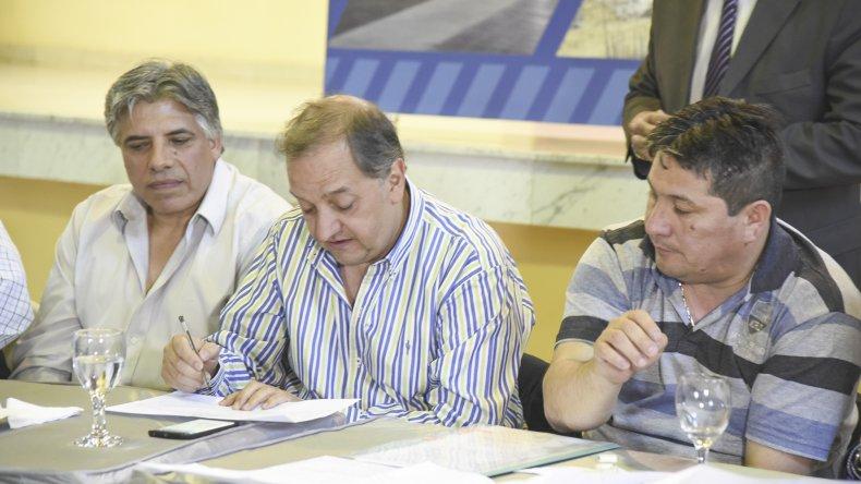El intendente Carlos Linares durante la apertura de las ofertas.