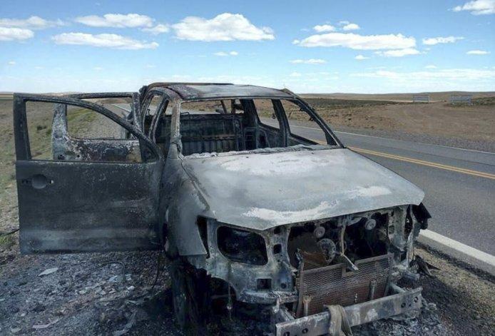 La Toyota Hilux fue completamente consumida por el fuego y sus cuatro ocupantes –oriundos de Comodoro Rivadavia– lograron salir ilesos.