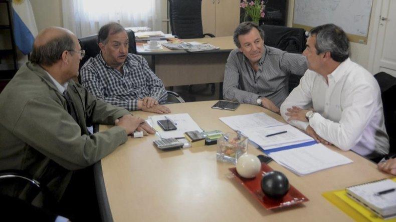 La reunión que Carlos Linares mantuvo ayer con directivos de la cooperativa.
