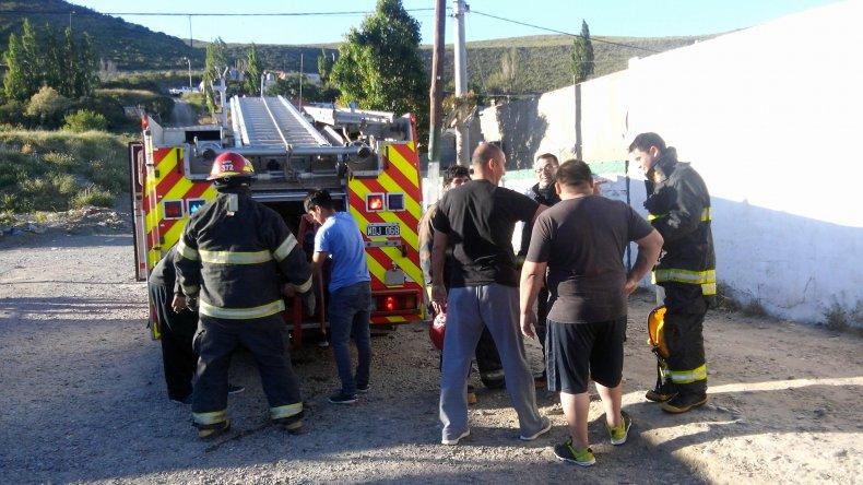 Bomberos Voluntarios de civil y del cuartel de Kilómetro 3 luego de apagar el incendio.