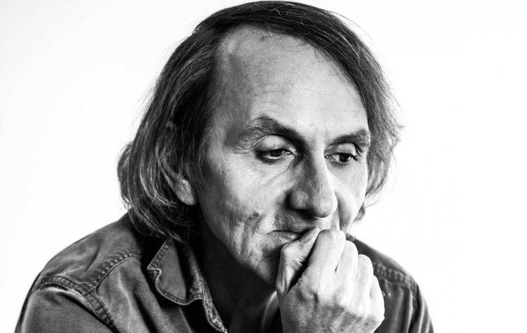 El escritor francés llega a la Argentina preocupado por la situación mundial.