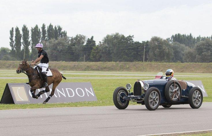 El asturiano Fernando Alonso compitió ayer con el polista Facundo Pieres en una carrera de 140 metros de extensión.