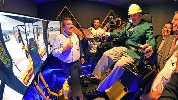 El gobernador Mario Das Neves se dio el gusto de pilotear el simulador de una motoniveladora.