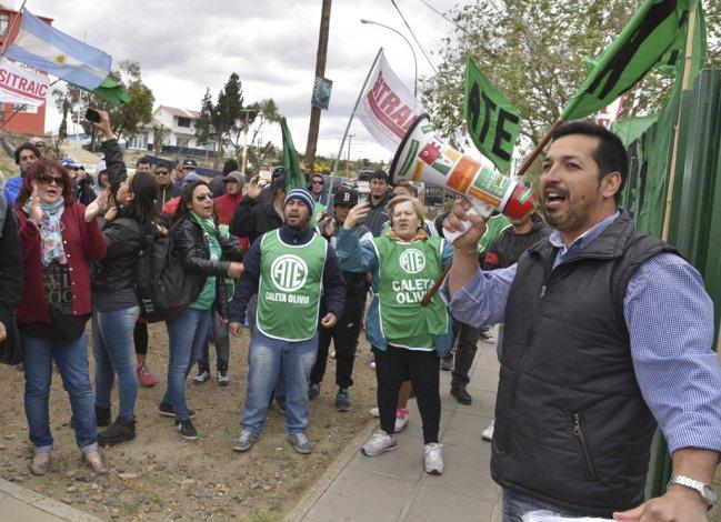 El dirigente gremial Alejandro Lugo fue ovacionado por los manifestantes al concluir la primera audiencia del juicio que se le sigue por lesiones leves contra un referente de la UOCRA.