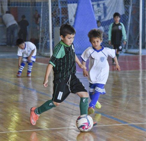 Los chicos se preparan para otro fin de semana de futsal infantil en la sede azzurra.