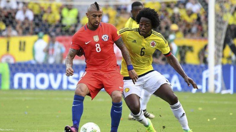 Arturo Vidal ante la marca de Carlos Sánchez en el partido jugado ayer en Barranquilla.
