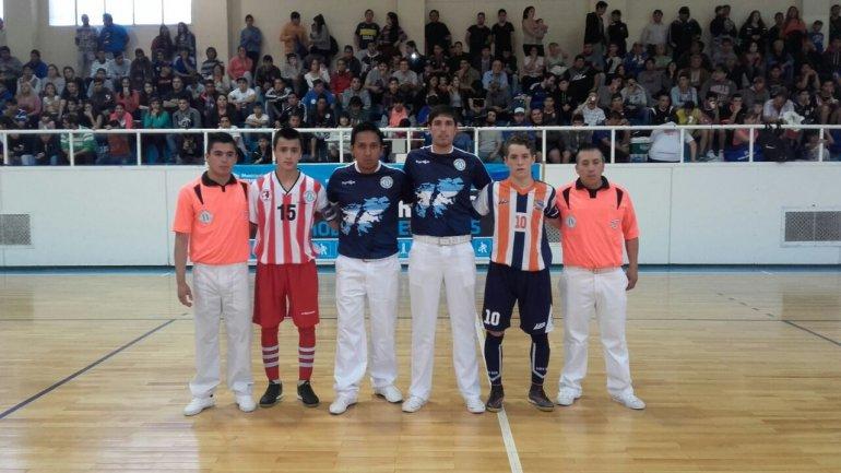 Los protagonistas de una de las semifinales posan junto a los árbitros antes del duelo entre Comodoro y Río Grande.