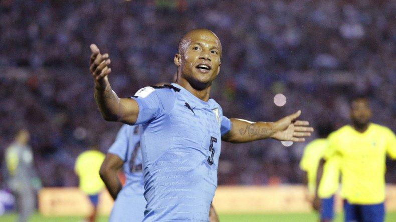 Carlos Sánchez festeja uno de los goles de Uruguay anoche en el Centenario.