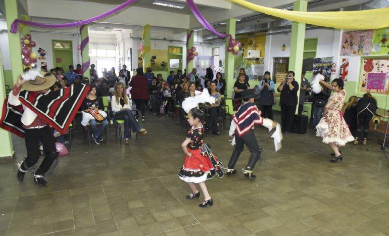 Un grupo de baile de los residentes chilenos le puso color a los actos por el aniversario del Centro de Promoción Barrial con un pie de cueca.