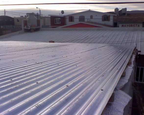 Dos jóvenes serán enjuiciados por robar una chapa que desclavaron de un techo