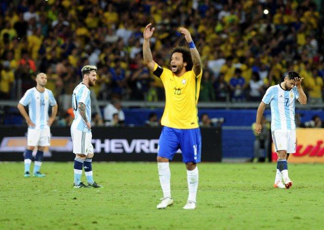 El brasileño Marcelo festeja el triunfo de su selección y atrás lo sufre Lionel Messi.