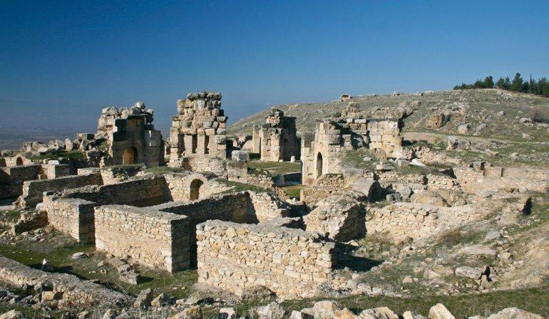 Muy cerca se encuentran las ruinas de gran valor histórico de Hierápolis.