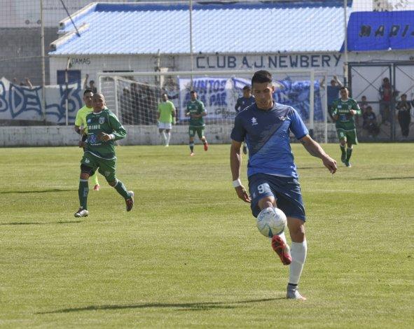 Mauro Villegas domina el balón en el partido donde Newbery cerró con goleada la fase ante Camioneros de Río Grande.