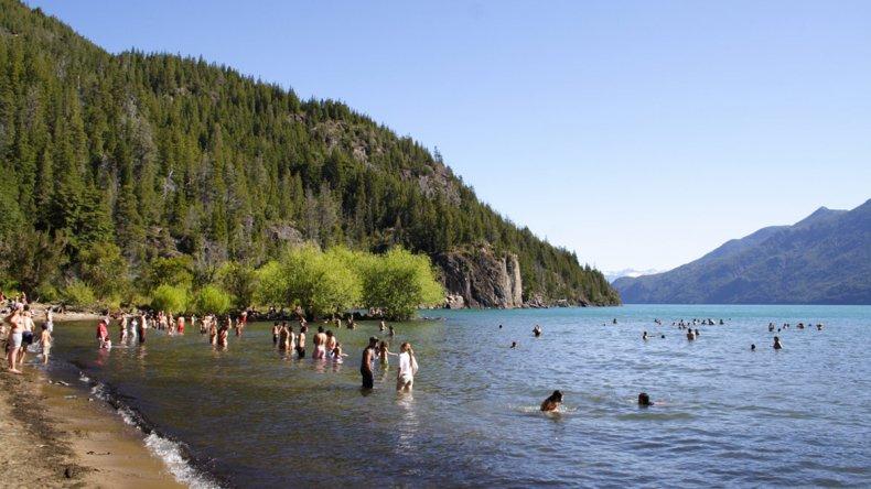 La Playita es el lugar ideal para disfrutar de las cálidas aguas del lago al reparo de los cerros.